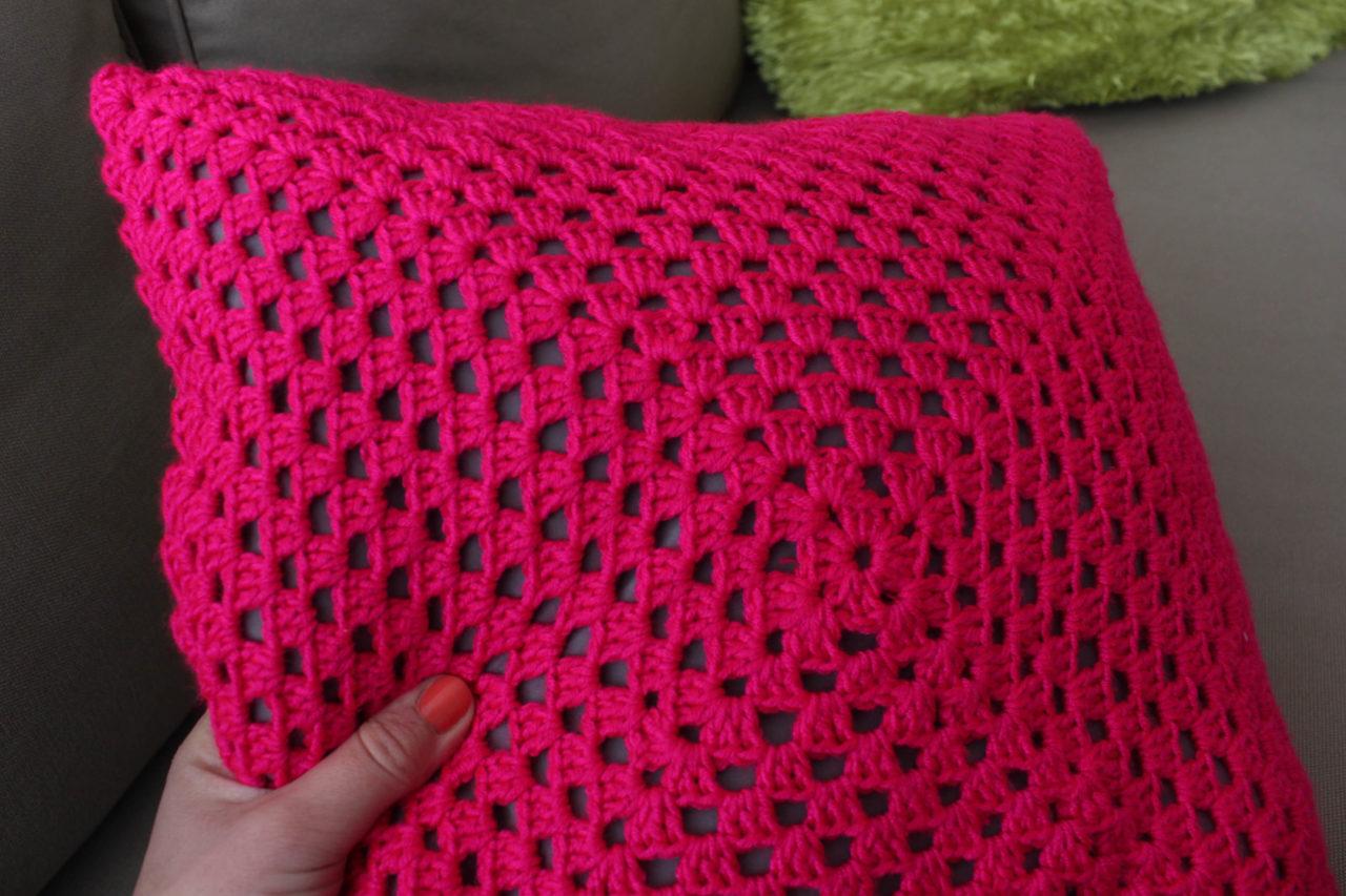 Coussin rose fluo granny crochet - les lubies de Louise (6 sur 6)