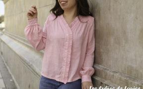 Ma version de la blouse Wendy de Sophie Denys dans un tissu rose à rayures or de Bord de Laize. Une blouse féminine et raffinée.